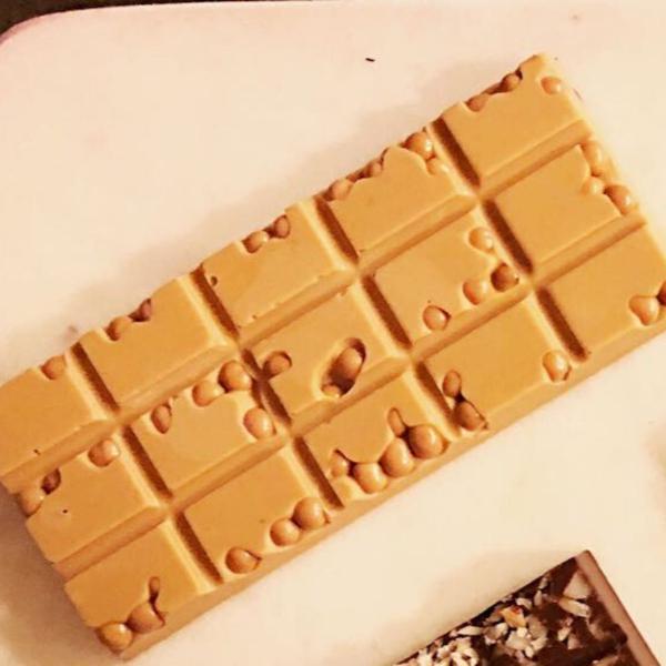 Barra de Chocolate Gold com Crispearls de Caramelo 55g - GiAngelis Patisserie