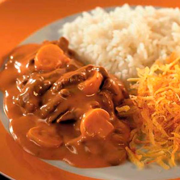 Strogonoff de filé com arroz branco e batata palha