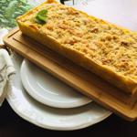 Torta de Bacalhau com Purê de Batata, Alho Poró e Farofinha de Amêndoas Laminadas 1.300g - Leve Torteria